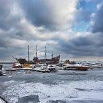 Zimowy widok zamarzniętej mariny w Sopocie