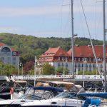 Widok hotelu Grand Hotel na tle łodzi motorowych w Marinie Sopot