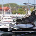 Widok galionu na dziobie żaglowca cumującego w marinie Sopot
